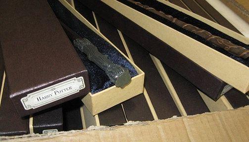 Magiczna przesyłka z Chin. Celnicy zatrzymali podrabiane różdżki z Hogwartu