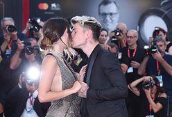 Bella Thorne w Wenecji. Pocałunki na czerwonym dywanie
