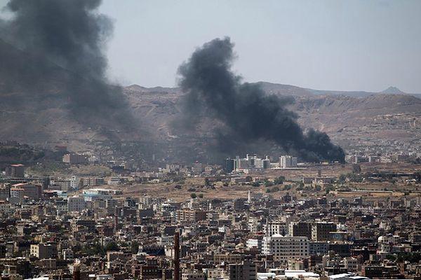Dym unoszący się nad stolicą Jemenu po starciach rebeliantów z siłami rządowymi