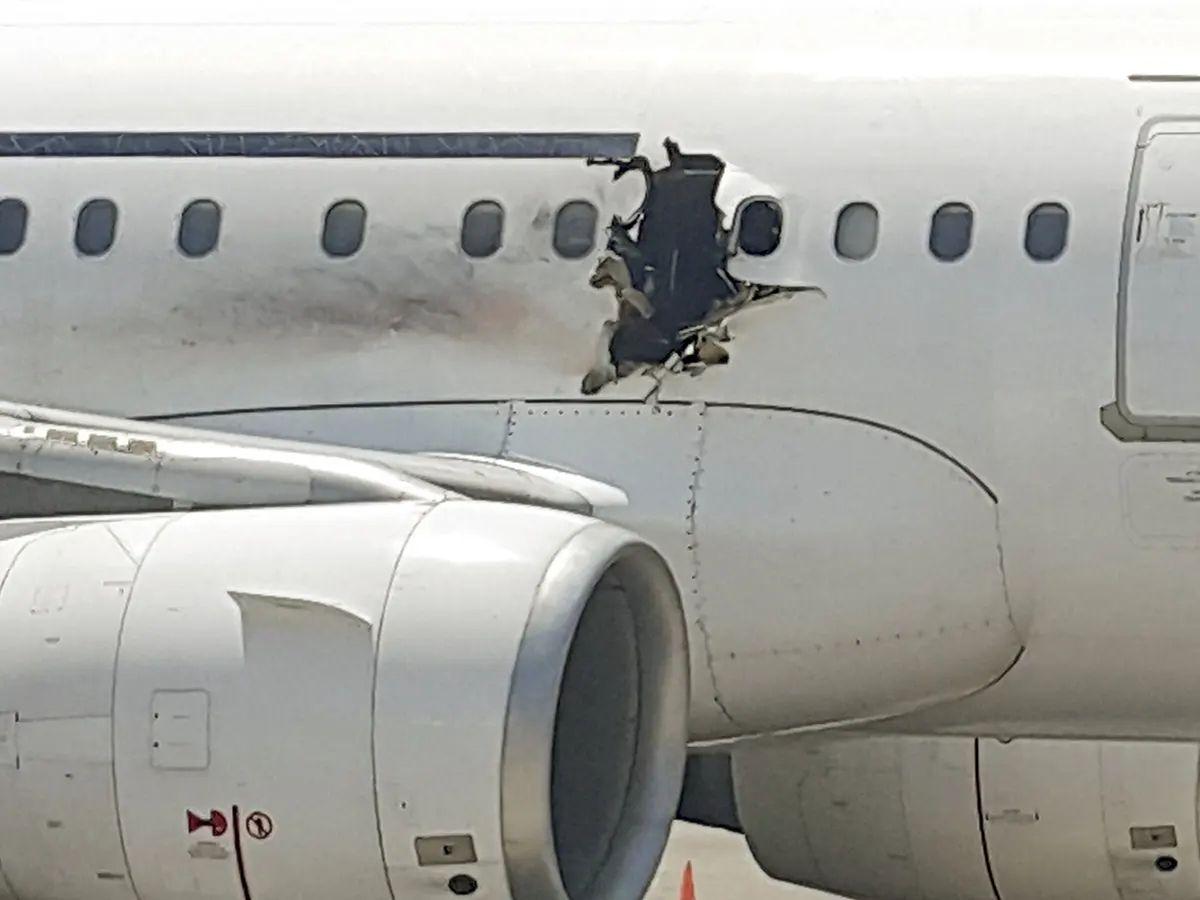 Uszkodzony przez bombę, somalijski samolot pasażerski