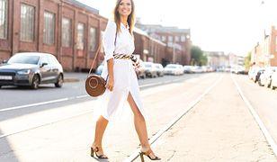Białe sukienki można stylizować na wiele różnych sposobów.