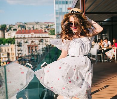 Zwiewne, eleganckie sukienki w bieli to dobry wybór na letnie przyjęcie