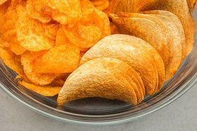 Chipsy ziemniaczane z dodatkiem częściowo utwardzonego oleju sojowego, bez dodatku soli