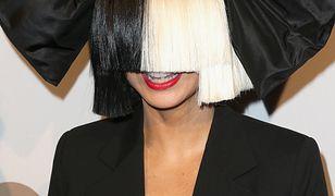 Sia już nie ukrywa twarzy. Pokazuje się bez peruki