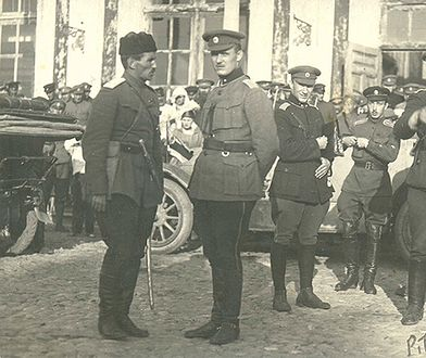 Stanisław Bułak-Bałachowicz (pierwszy od lewej) z oficerami rosyjskimi