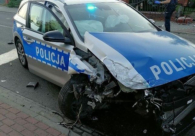 Sieradz. Finał policyjnego pościgu: rozbity radiowóz, trzy osoby w szpitalu