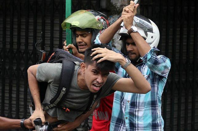 Moment, w którym bandyci rozbijają głowę fotoreporterowi