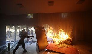 Demonstranci podpalili budynek ministerstwa