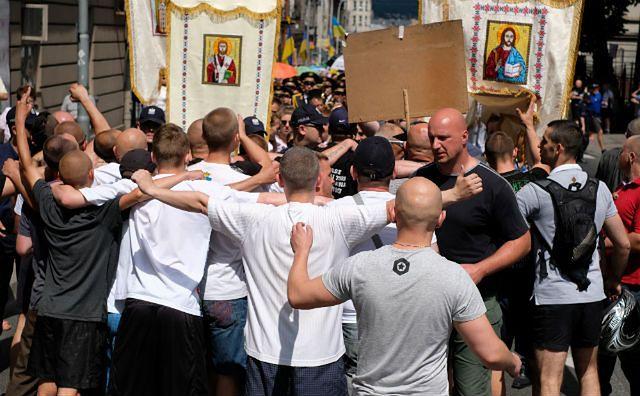 Przepychanki i szarpanina podczas procesji