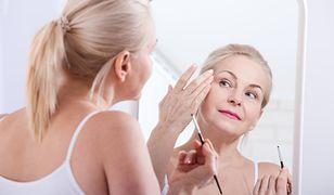 Ten makijaż ukryje zmarszczki i odmłodzi twarz. Idealny dla dojrzałych kobiet