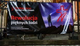 Ekstremalna Droga Krzyżowa w Sierakowicach. Tłumy bez maseczek i dystansu