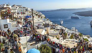 Mieszkańcy greckiej wyspy Santorini skarżą się na zbyt dużą liczbę turystów