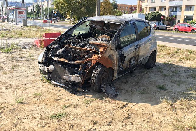 """""""Spalili"""" auto w geście protestu i... narobili dymu. Internauci: Idiotyzm!"""