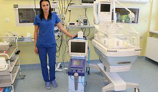Śląskie. Anna Merak z bielskiego Szpitala Pediatrycznego prezentuje specjalistyczny aparat do hipotermii terapeutycznej.