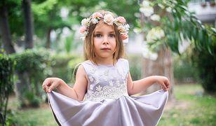 Sukienka na wesele dla dziewczynki nie musi być ozdobna, aby córeczka prezentowała się w niej uroczo