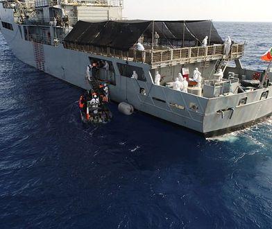 Uratowali ciężarną kobietę z ciasnej łodzi. Chwilę później urodziła