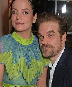 """David Harbour i Lily Allen wzięli ślub w Las Vegas. Aktor """"Stranger Things"""" rzucił dla wokalistki swoją poprzednią dziewczynę"""