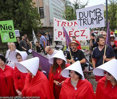 """Żadna podręczna w serialu nie mogłaby protestować pod hasłem """"Trump precz"""""""