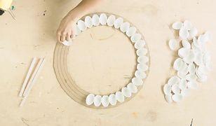 MAJSTERKI: Jak zrobić lustro w ramie z plastikowych łyżeczek?