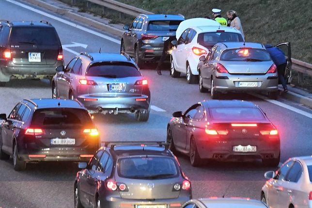 Warszawa. W piątek rano na trasie S8 doszło do zderzenia 2 aut osobowych, jeden pojazd dachował [zdj. ilustracyjne[