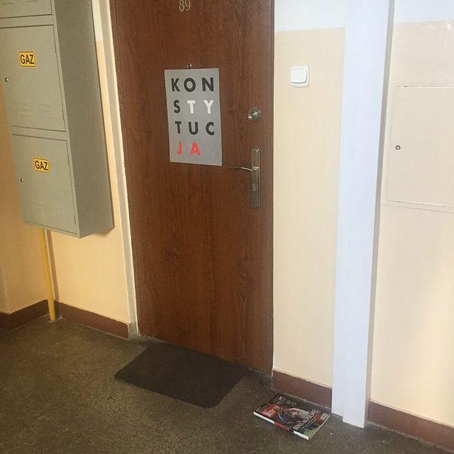 """Powiesił plakat """"KonsTYtucJA"""" na drzwiach. Takiej reakcji sąsiadów nie spodziewał się"""