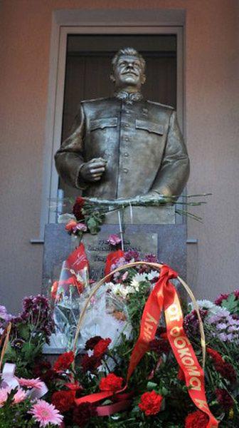 """Hitler """"pyta"""": w czym jestem gorszy od Stalina?"""
