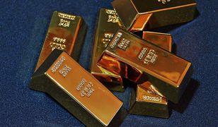 Mężczyzna miał przy sobie aż 13 kilogramów złota w postaci proszku i sztabek.