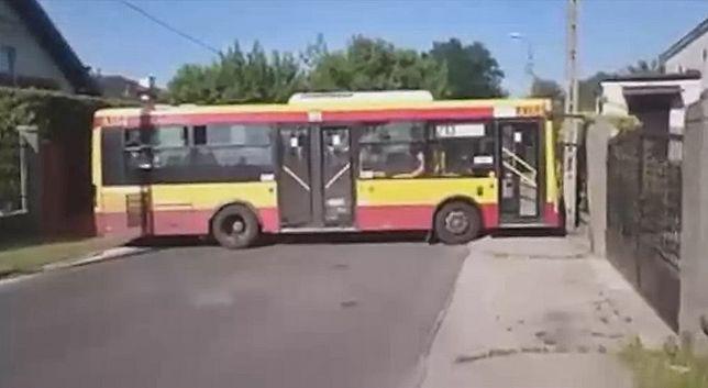 Stołeczne drogi zbyt ciasne dla autobusu linii 213
