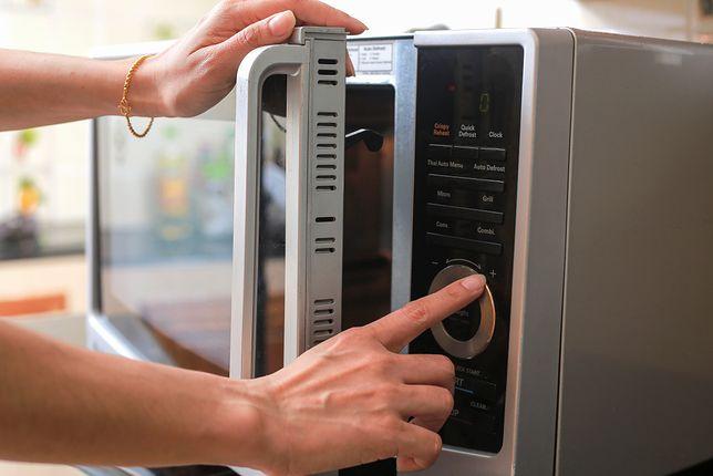 Kuchenka mikrofalowa to bardzo przydatne urządzenie, które można spotkać prawie w każdym domu