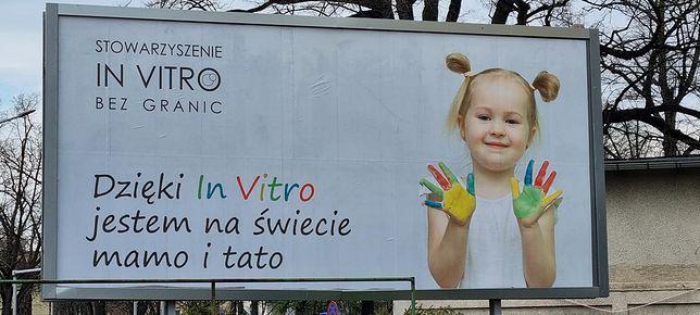 """Warszawa. Plakaty kampanii reklamowej """"Tak dla in vitro"""" wiszą już na billboardach"""