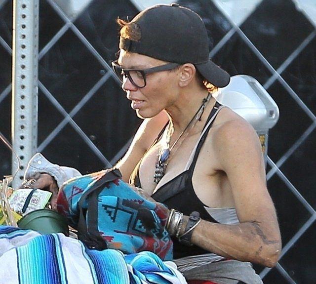 Szokujące zdjęcia byłej żony gwiazdora. Żyje na ulicy, grzebiąc w śmieciach