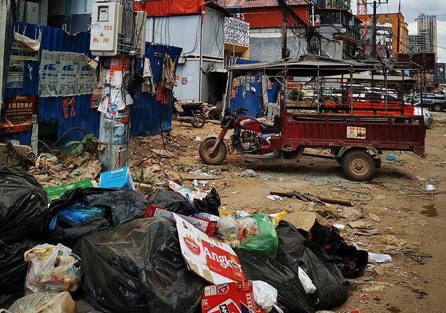 Na ulicach zalegają tony śmieci, a maszyny budowlane nie przestają działać
