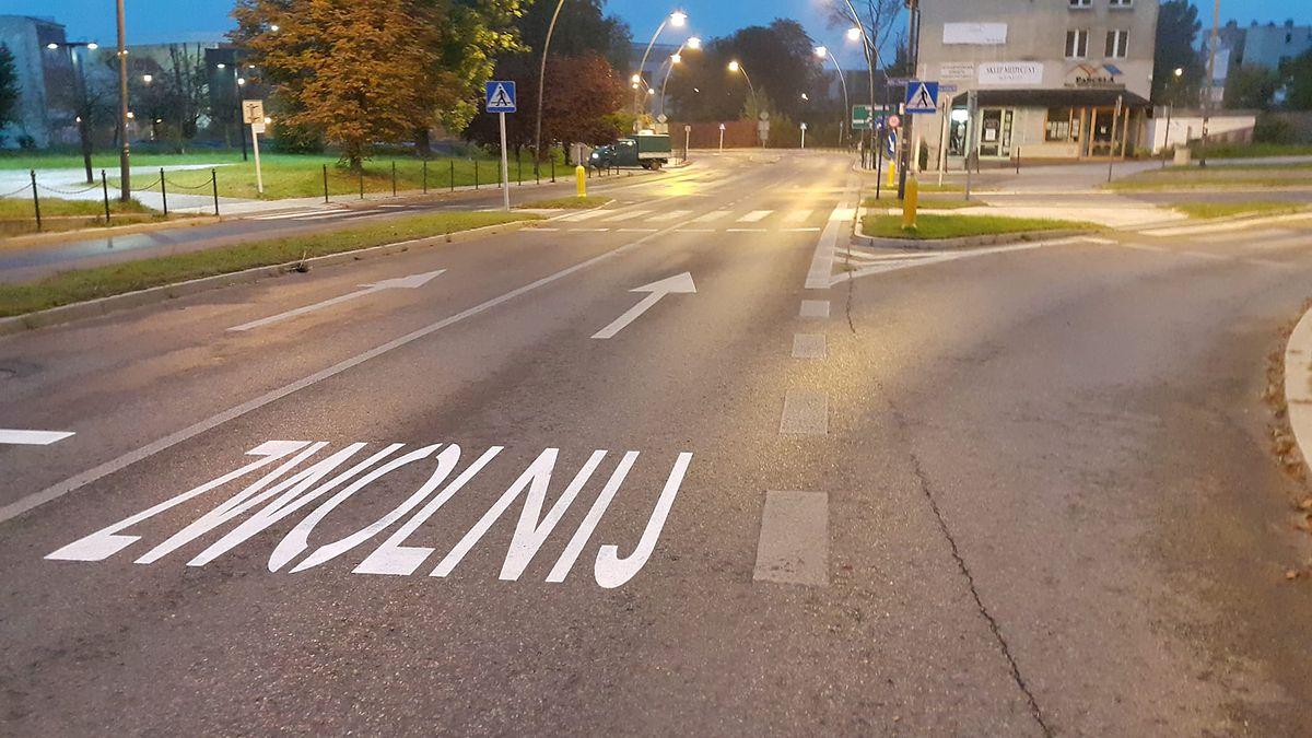 Napisy na drodze ostrzegają zarówno kierowców, jak i pieszych