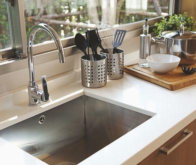 Zlewozmywak ze stali szlachetnej prezentuje się bardzo efektownie w nowoczesnej kuchni