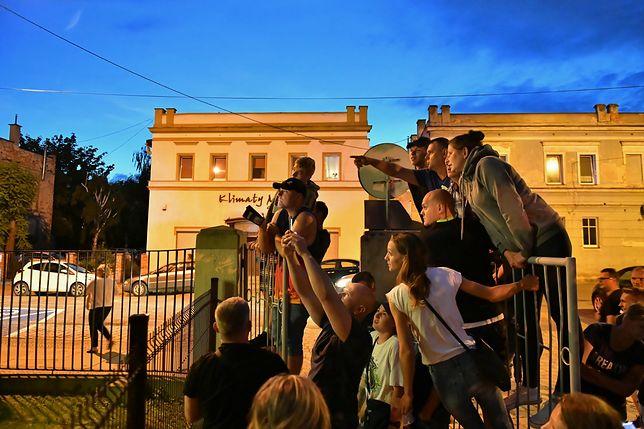 Tłum zgromadzony przed prokuraturą w Świdnicy był wzburzony