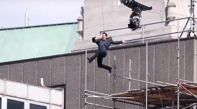 Tom Cruise w trakcie feralnego skoku na dach budynku