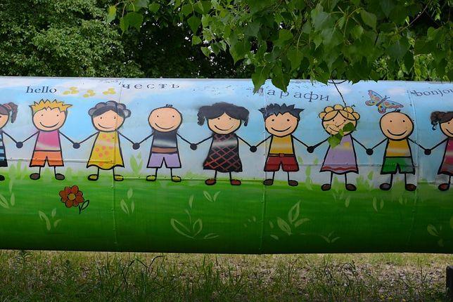 Rasiści wrócili na Targówek. Zamalowano twarze dzieci innych ras