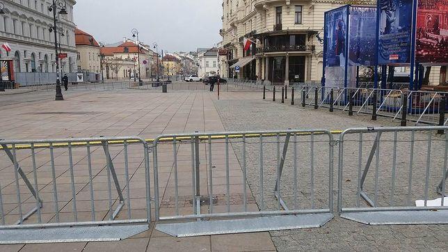 Krakowskie Przedmieście jak twierdza. Barierki wróciły na miesięcznicę