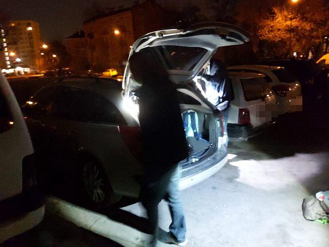 Warszawa. Podejrzani o podwójne włamanie mieszkali w domu na czterech kółkach