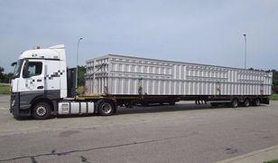 Ogromna ciężarówka zwracała na siebie uwagę.