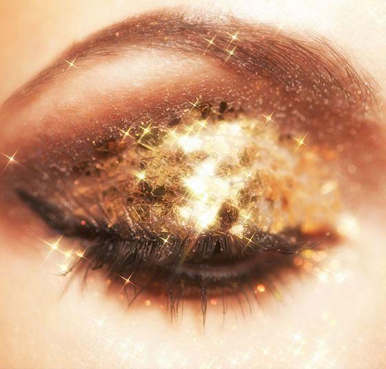 Makijaż wieczorowy to przede wszystkim błysk i odważne kolory