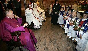 Prałat Henryk Jankowski odbiera podziękowania od dzieci za wieloletnią posługę kapłańską w kościele św. Brygidy w Gdańsku