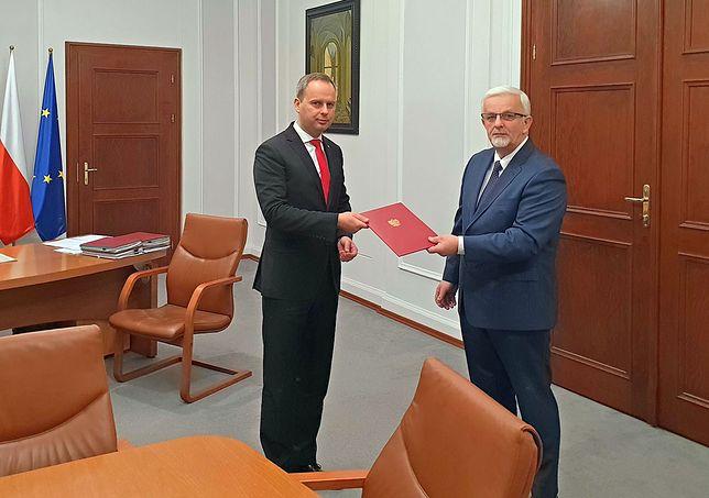 Wojewoda Dolnośląski Paweł Hreniak wręczył w poniedziałek Kuriacie (po prawej) nominację na komisarza gminy Oława