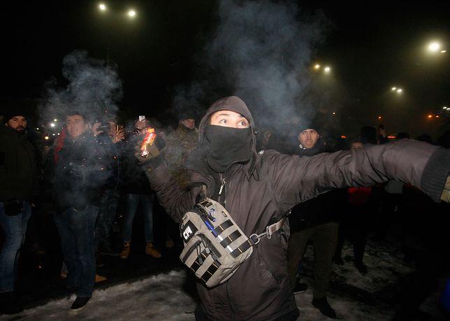 Zamaskowany mężczyzna rzuca petardę w kierunku ambasady rosyjskiej