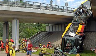 Policja apeluje do kierowców, aby omijali miejsce wypadku.