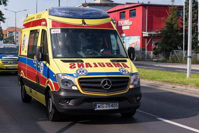 Warszawa. Na Bemowie zderzyły się dwa samochody. Opel dachował. Jedna osoba ranna