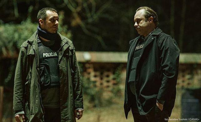 """Leszek Lichota i Michał Żurawski w serialu """"Kruk. Czorny Woron nie śpi"""" to mieszanka wybuchowa. Dosłownie"""