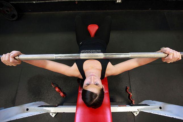 Czym jest HMB i jak stosować? Budowa masy mięśniowej i spalanie tłuszczu z HMB