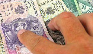 Przyjęli łapówki na łączną kwotę około 300 tysięcy złotych