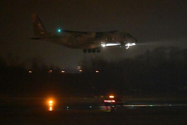 Wojskowy samolot podchodzi do lądowania we Wrocławiu